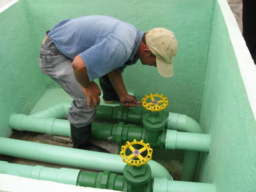 Checking water pipes in Tegucigalpa