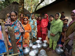 Women in Bangladesh queuing for water