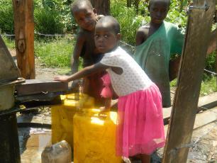 Children at Kasenyi borehole